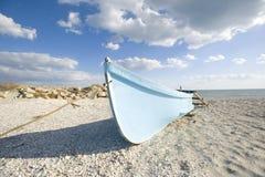 Barco de pesca en la playa Imagen de archivo libre de regalías