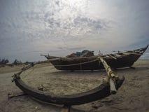 Barco de pesca en la playa Fotografía de archivo libre de regalías