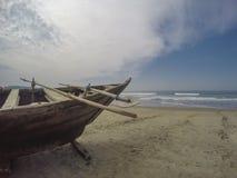 Barco de pesca en la playa Fotografía de archivo