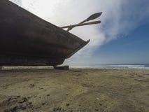 Barco de pesca en la playa Imágenes de archivo libres de regalías