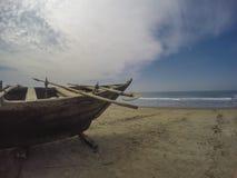 Barco de pesca en la playa Fotos de archivo