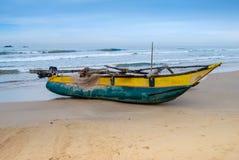 Barco de pesca en la playa de la arena Fotografía de archivo