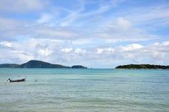 Barco de pesca en la playa de Rawai de Phuket Tailandia Foto de archivo libre de regalías