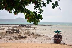 Barco de pesca en la playa de Rawai de Phuket Tailandia Fotos de archivo libres de regalías