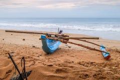 Barco de pesca en la playa del océano de la arena Foto de archivo