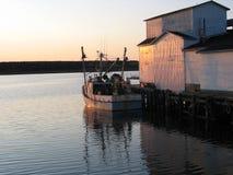 Barco de pesca en la puesta del sol Foto de archivo libre de regalías