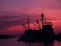 Barco de pesca en la puesta del sol Fotografía de archivo libre de regalías