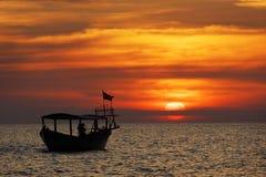 Barco de pesca en la puesta del sol Fotografía de archivo