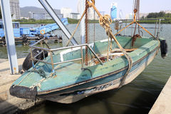 Barco de pesca en la reparación Foto de archivo libre de regalías