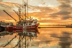 Barco de pesca en la salida del sol imagenes de archivo