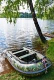 Barco de pesca en orilla del lago hermoso Foto de archivo libre de regalías