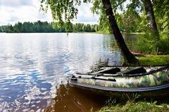 Barco de pesca en orilla del lago hermoso Fotos de archivo libres de regalías