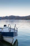 Barco de pesca en orilla del río fotos de archivo libres de regalías