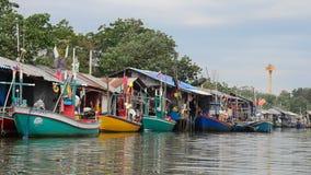 Barco de pesca en pueblo pesquero en la playa de Chao Samran del sombrero de Phetchaburi Tailandia almacen de video