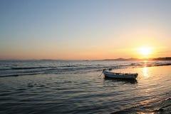 Barco de pesca en puesta del sol Imagen de archivo