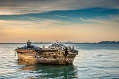 Barco de pesca en puesta del sol Foto de archivo