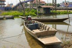 Barco de pesca en riverbank Imagenes de archivo