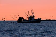 Barco de pesca en silueta foto de archivo libre de regalías