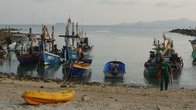 Barco de pesca en Tailandia almacen de video