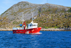 Barco de pesca en un fiordo de Noruega norteña Fotos de archivo