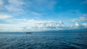 Barco de pesca en un mar abierto Fotos de archivo libres de regalías