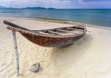 Barco de pesca en una playa aislada Imagen de archivo libre de regalías