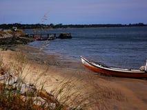 Barco de pesca en una playa en Aveiro, Portugal imagen de archivo