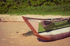 Barco de pesca en una playa tropical imagenes de archivo