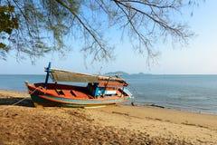 Barco de pesca encallado Fotos de archivo