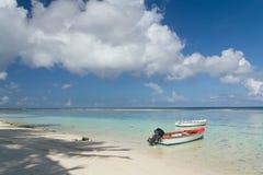Barco de pesca estacionado pela praia abandonada Fotografia de Stock Royalty Free