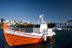 Barco de pesca grego em consoles do grego do porto Fotografia de Stock Royalty Free