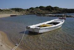 Barco de pesca grego no porto natural Fotografia de Stock