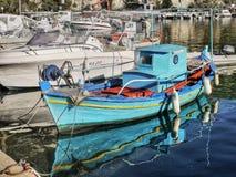 Barco de pesca griego tradicional Imagen de archivo libre de regalías