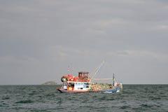 Barco de pesca hacia fuera en el mar Fotos de archivo