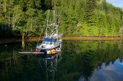 Barco de pesca de hundimiento en luz de la mañana imagen de archivo libre de regalías