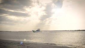 Barco de pesca de la carta que dirige hacia fuera al mar metrajes