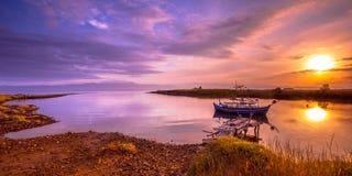 Barco de pesca Lesbos en la salida del sol Fotos de archivo