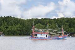 Barco de pesca de madeira entrado no porto imagem de stock