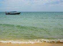 barco de pesca de madeira nas águas azuis e verdes de Camboja fotos de stock