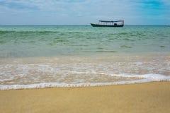 barco de pesca de madeira nas águas azuis e verdes de Camboja fotografia de stock royalty free