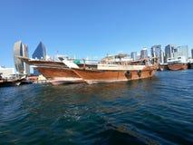 Barco de pesca de madeira tradicional e velho estacionado na angra da baía foto de stock royalty free