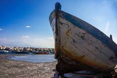 Barco de pesca de madeira velho na costa em Itália fotografia de stock