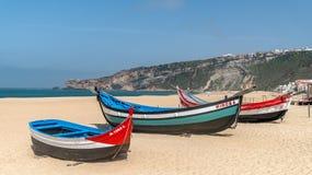 Barco de pesca de madeira velho tradicional colorido na praia da aldeia piscatória de Nazare fotografia de stock royalty free