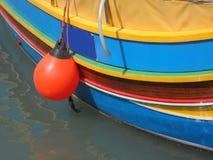 Barco de pesca maltés de madera rayado Fotos de archivo libres de regalías