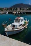 Barco de pesca mediterrâneo branco e alaranjado ensolarado na água em Euboea - Nea Artaki, Grécia Fotos de Stock Royalty Free