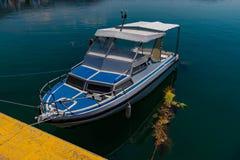 Barco de pesca mediterrâneo branco e azul ensolarado na água em Euboea - Nea Artaki, Grécia Fotografia de Stock Royalty Free