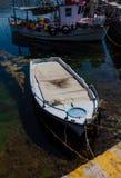 Barco de pesca mediterrâneo branco e azul ensolarado na água em Euboea - Nea Artaki, Grécia Fotos de Stock Royalty Free