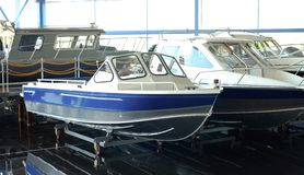 Barco de pesca Barco de motor para a venda na loja Localizado em um carro rodado imagem de stock royalty free