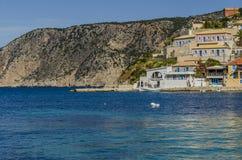 Barco de pesca na baía de Assos sobre o mar Ionian Kefalonia Imagens de Stock Royalty Free
