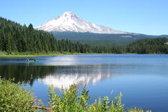 Barco de pesca na capa do Mt. Fotos de Stock Royalty Free